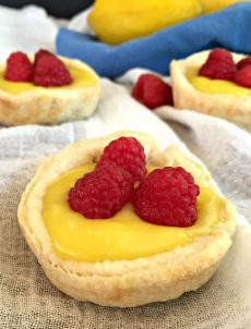 Mini lemon tart with fresh raspberries