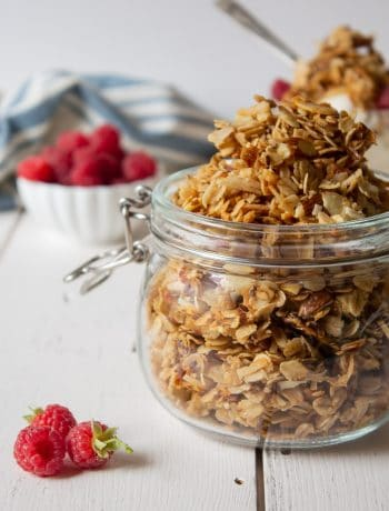 Homemade granola with almonds, flax seeds and a touch of cinnamon